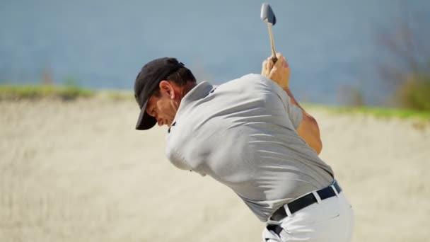 Profesionální mužský golfový hráč během tréninku