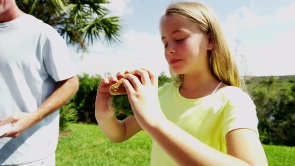 rodiče s dcerou grilování grilování masa