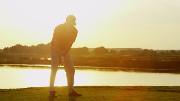 professionelle männliche Golfspieler spielen auf Feld