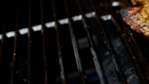 Hovězí steaky na grilu v steakhouse