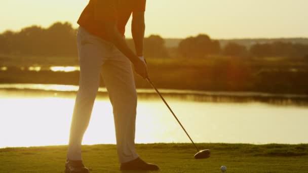 profesionální mužský golfový hráč hraje na hřišti