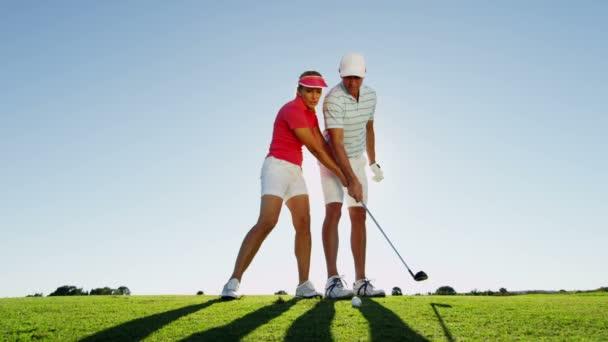 muž a žena hrát golf