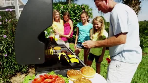 rodina baví na domácí zahradu