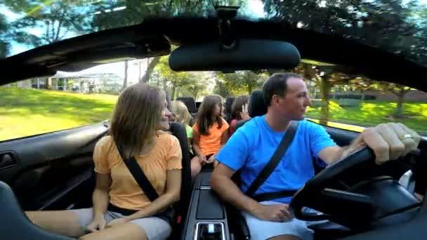 rodina na dovolené v autě kabriolet