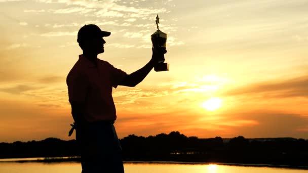 professionelle Golfspieler feiert seinen Sieg