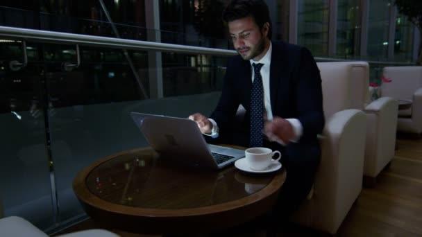 Arabský obchodník pracuje na notebooku v noci