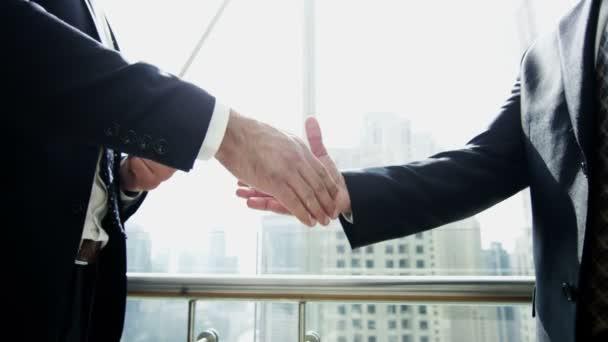 Podnikatelé potřesení rukou po dohodě