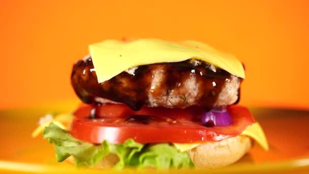 Hamburger nebo sendvič. Lahodný sendvičový hamburger s masem, sýrem a čerstvou zeleninou. Hamburger nebo sendvič je oblíbené rychlé občerstvení na svačinu nebo oběd. Šťavnatý cheeseburger