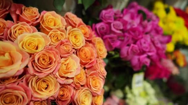 Kytice různých květin na pultu. Čerstvé krásné květiny v květinářství shop.