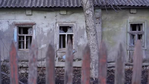 Közel a régi faházhoz vidéken. Az elhagyatott rusztikus ház külseje.