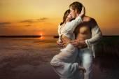 pár v lásce při západu slunce