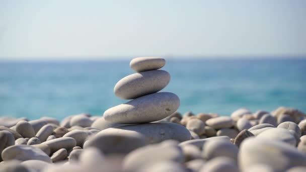 Pyramida zenových kamenů. Relaxace, meditace a koncept pohody na pozadí