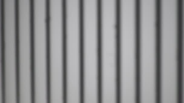 Schatten-Overlay-Effekt Hintergrund. Schatten von Linien und Rahmen an einer hellen Wand an einem sonnigen Tag.