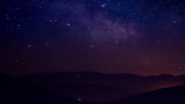 csillagok nyomai az éjszakai égbolton, hosszú expozíció..