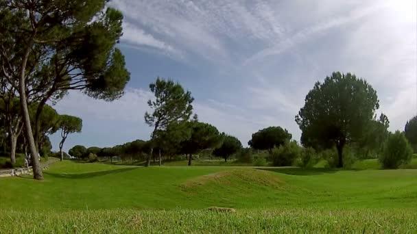 Golfabschlag, in der Algarve berühmtes Kursziel, Portugal. (Zeitraffer)