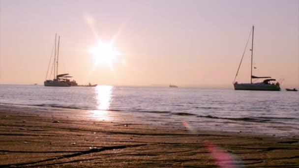 hajók és az emberek sziluett naplementekor