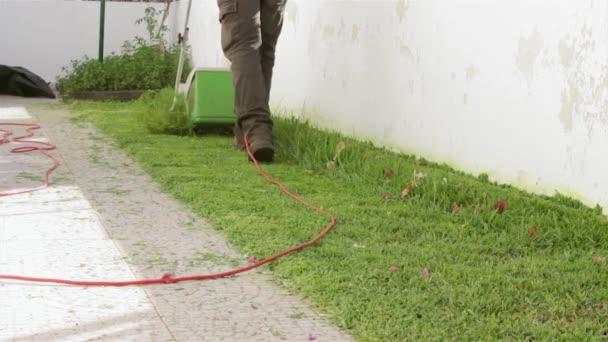 Domů zahradnictví činnost - elektrické sekačky dvorku, sekání trávy, stříhání trávy detail