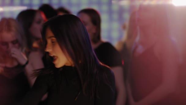 balli della ragazza sexy nel club