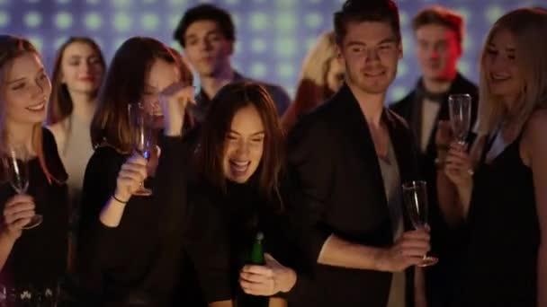 emberek nyitó üveg pezsgő