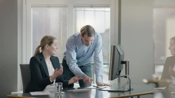 Chef gibt Mitarbeiter eine hohe Fünf