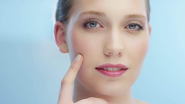 Žena tahy prstem přes obličej