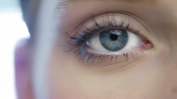 žena otevření modré oko
