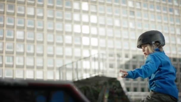 mladý chlapec bruslit ve skateparku