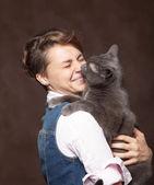 Fotografie schöne junge Frau mit blauer russischer Katze. Liebe zum Haustier. studi