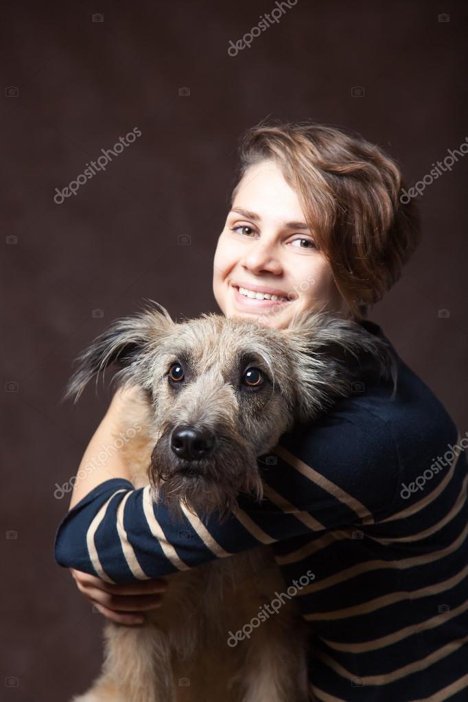 Femme Hirsute Photo belle jeune femme avec un chien hirsute drôle sur un sombre backgrou