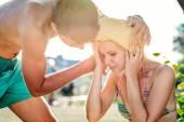 Muž pomáhá žena v plavkách s úžeh