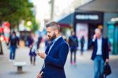 Manager con musica dascolto di smartphone
