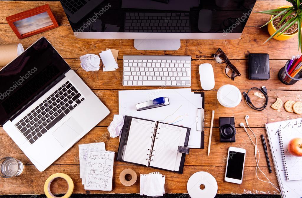 Escritorio con varios gadgets y art culos de oficina for Articulos de oficina
