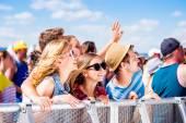 Tinédzserek mulatnak nyári zenei fesztiválon