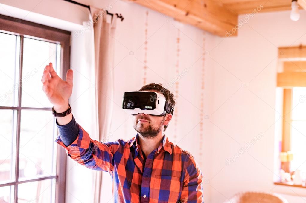 Virtual Reality Keuken : Man met virtual reality bril staande in een keuken u stockfoto