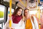mladé ženy cestování autobusem