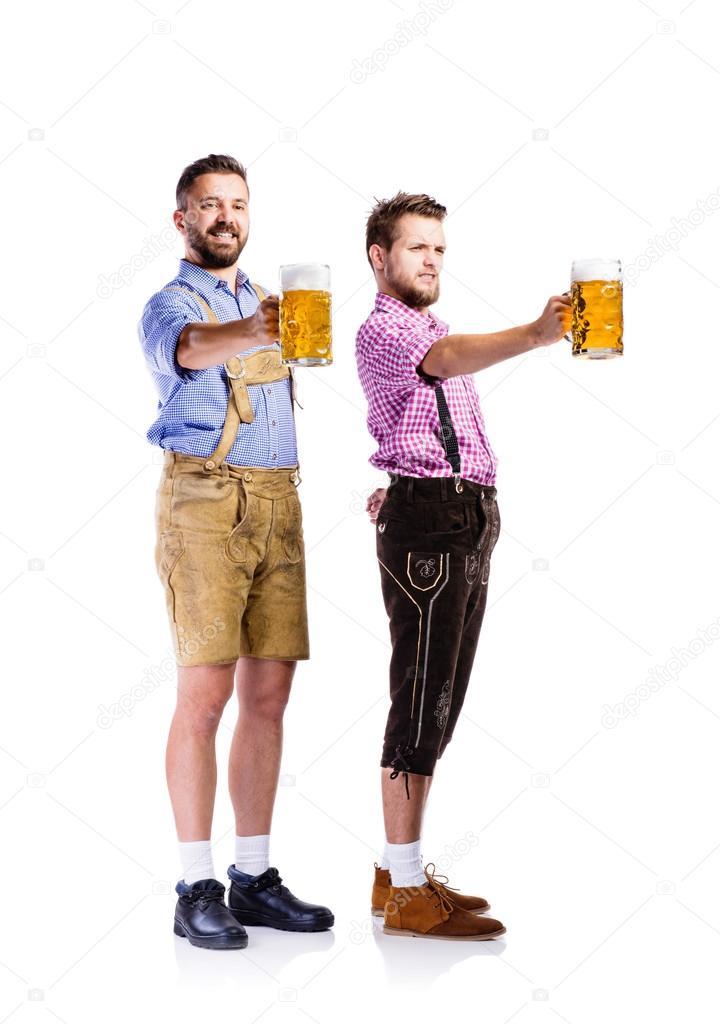 Männer in Bayerische Kleidung mit Bier — Stockfoto © halfpoint ...