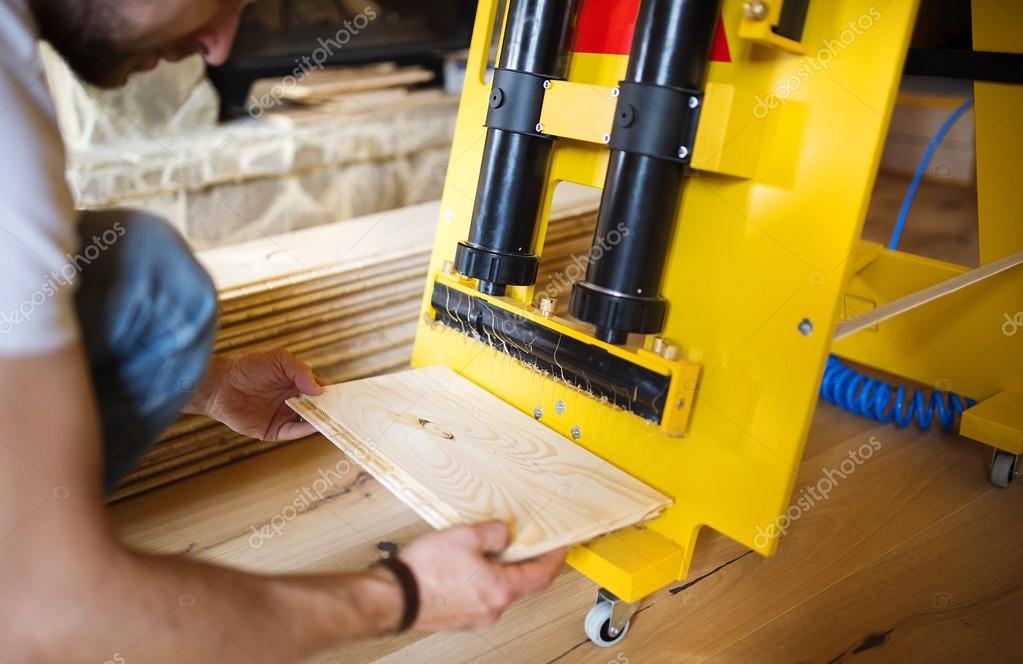 De klusjesman handen lijmen houten vloeren u stockfoto halfpoint
