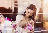 Krmení dcera matka prsu