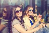 Fotografie Zwei junge Mädchen, trinken cocktails