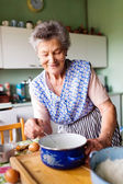 Fényképek Idősebb nő, sütés
