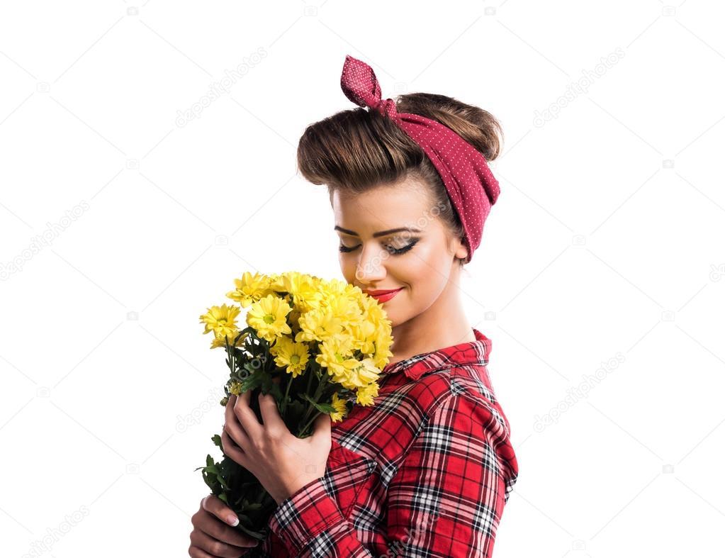 Frau Mit Pin Up Make Up Und Frisur Riechen Gelben Ganseblumchen