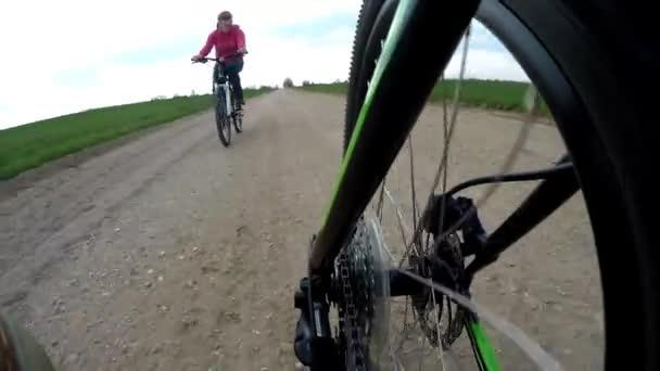 Detailní pohled na zařízení systému na horském kole. Na kole v přírodě na štěrku. žena cyklista