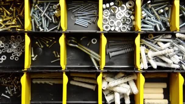 Šrouby a hmoždinky v plastových organizátor box. spojovací materiál