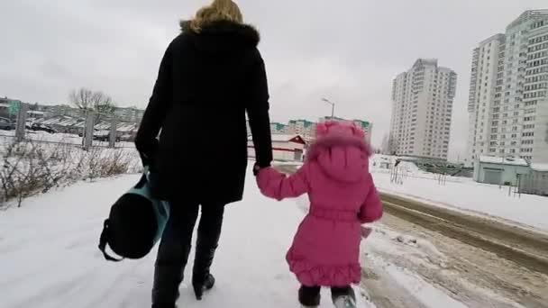 matka a dcera, drželi se za ruce