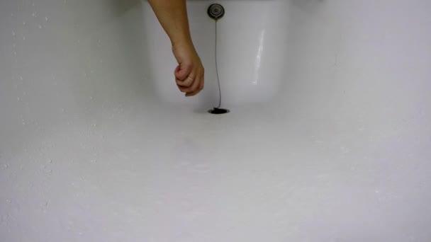 Vana plní vodou a mýdlem suds
