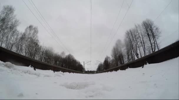 Extrémní fotoaparát je připojen pod vlak na kolejích. Předměstský vlak projede přes kameru