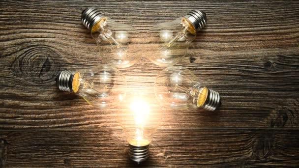 Lampen En Licht : Gloeiende bol op de bruin houten achtergrond vele lampen en licht