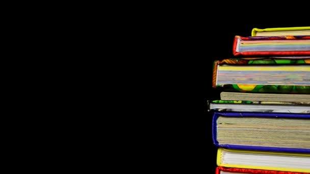 Hromadu dětské knihy s tužkou a apple na vrcholu. Učitelé pet. knihy se vzorce fondu, vzdělání.