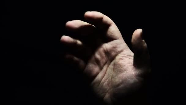ruka dospělého a dítěte v temnotách. Pomoci ruku v těžké chvíli