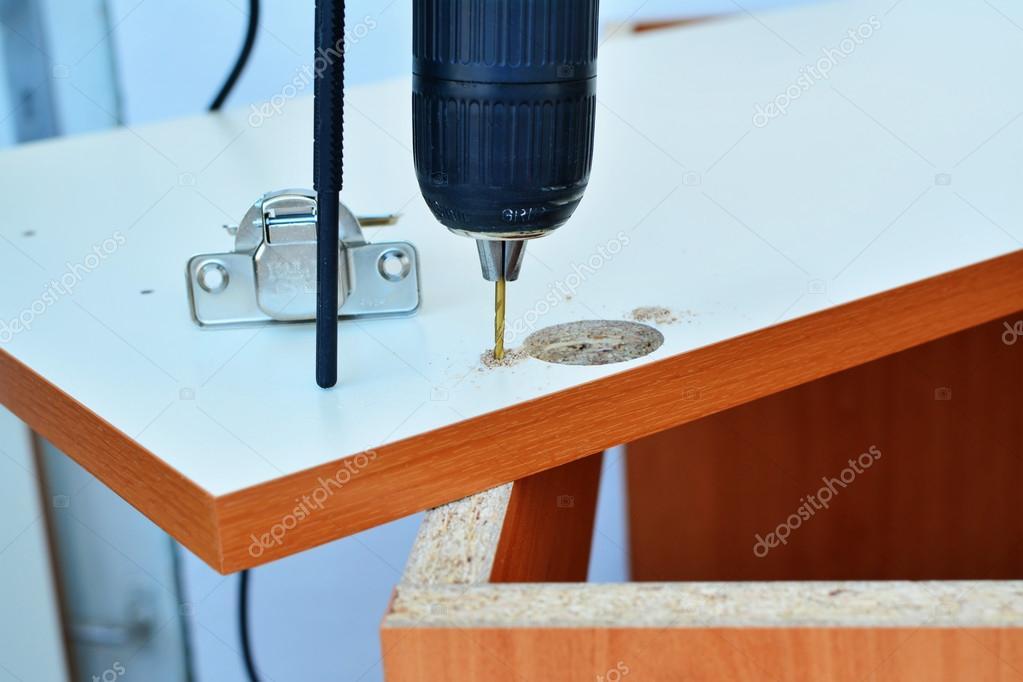 Keuken Scharnieren Monteren : Scharnier montage op de deur van de keukenkast u stockfoto